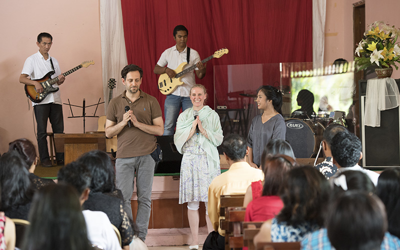 world tour for peace besuch einer christlichen kirche auf bali. Black Bedroom Furniture Sets. Home Design Ideas